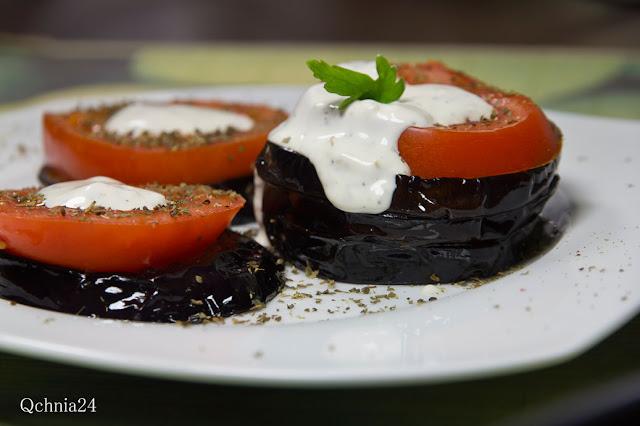 bakłażany w sosie czosnkowym z pomidorami