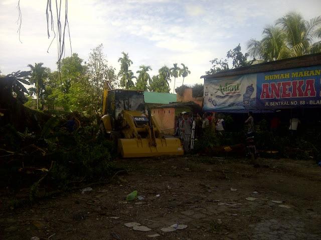 Cabang Pohon Beringin Itu Patah, Rumah dan Restoran Menjadi Korban