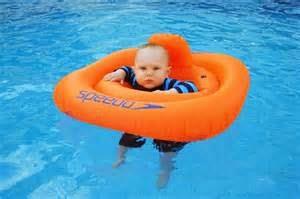 gambar bayi lucu di dalam air