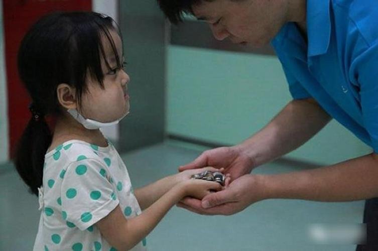 The family could only raise enough money for one of their daughters to undergo the procedure which costs about 500,000 yuan (S$102,030).