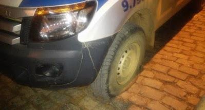 Os bandidos furaram os pneus da viatura