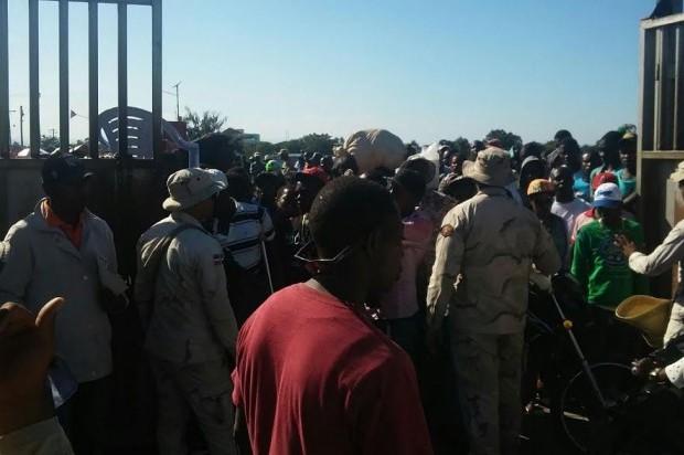 Haitianos dirigidos por funcionario de su país bloquean el paso fronterizo a la RD