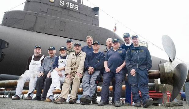Veteranos voluntarios realizan tareas de mantenimiento en el U10