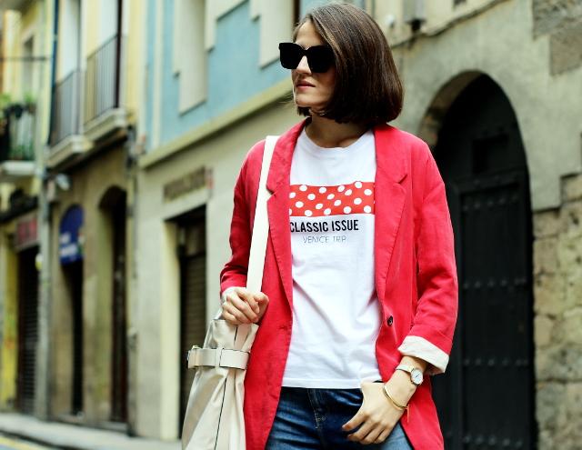 Camiseta con lunares y blazer