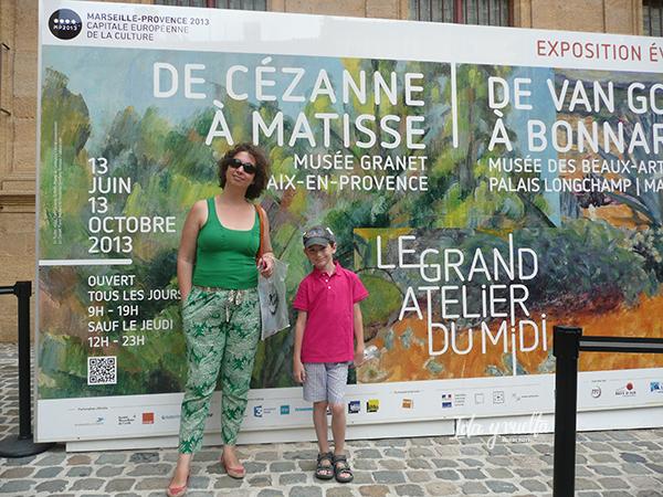 Ante el cartel de la exposición