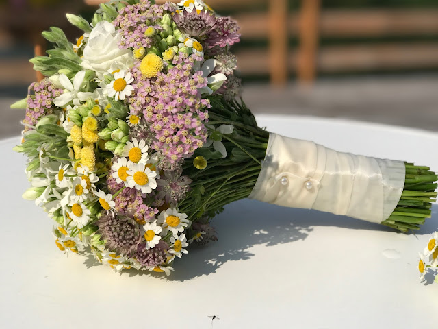 verspielter Wiesenblumenbrautstrauß, Hochzeit in Gelb, Sommer, Sonne, Natur, Sommerhochzeit am See in den Bergen, Riessersee Hotel Garmisch-Partenkirchen, Hochzeitsplanerin Uschi Glas