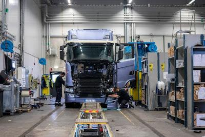 Caminhão Scania na linha de montagem