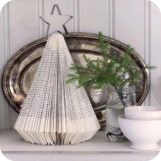 Árbol de Navidad sencillo y bonito hecho con las hojas de un libro