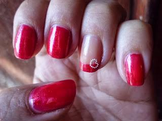 manicura roja con corazon
