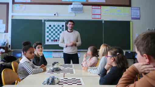 À l'école Jules-Ferry, ils sont une vingtaine d'enfants ce mardi après-midi à s'affronter aux échecs. L'occasion pour la classe de CM1 de s'initier à cette discipline et d'en acquérir les connaissances de base. Le tout sous le regard de leur professeur et de Victor Stéphan, intervenant diplômé affilié à la Fédération française d'échecs - Photo © Chartres.fr