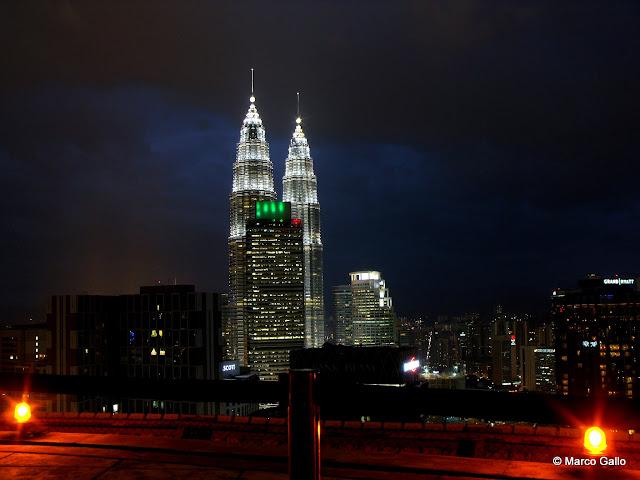 LAS TORRES PETRONAS Y LA TORRE MENARA, ICONOS DE KUALA LUMPUR. MALASIA