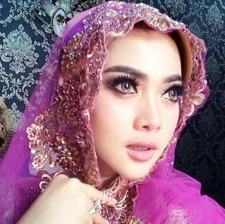 Hijab Glamour ala Syahrini