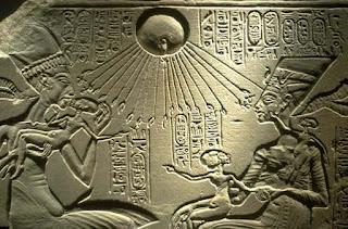 الملك أمنحتب الرابع في طيبه والملك إخناتون في آخيتاتون