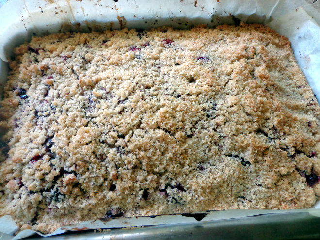 Sour cherry crumb cake by Laka kuharica: Bake in the oven until golden