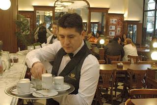 Bares y restaurantes de la Ciudad podrán volver a atender con mesas adentro.