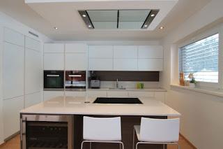 moderne bele kuhinje