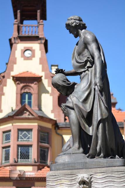Dzieci w podróży po Europie - Największe atrakcje turystyczne Kotliny Kłodzkiej i Nowej Rudy - historyczny rynek i pomnik Jana Chrzciciela w Nowej Rudzie