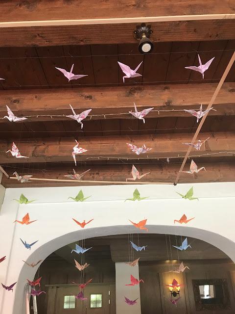 Kranich-Formation Mobile, Hochzeitsmotto Flug der Kraniche, 1000 Origami-Kraniche zur Hochzeit, heiraten im Riessersee Hotel Garmisch-Partenkirchen, Bayern, Hochzeitsplanerin Uschi Glas, petrol und weiß
