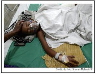 Pai derruba filho em brasas de carvão durante ritual indiano