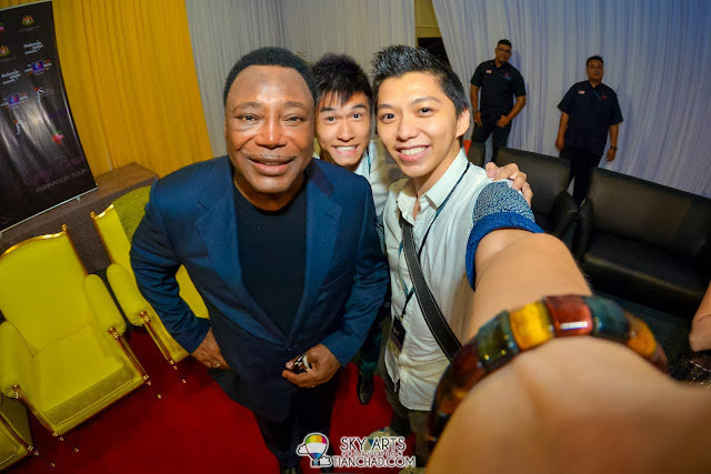 Glad manage to take photo together with the legend George Benson!