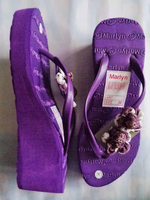 sandal spon hak tinggi marlyn bunga ungu atas dan samping