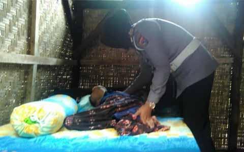 SUBHANALLAH !!! SUNGGUH MULIA SEKALI Polwan Berhijab ini ia Wujudkan Mimpi Unsim, Perempuan Lumpuh yang Selama 25 Tahun tak Merasakan Alas Tidur Empuk