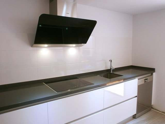 Abierta y con isla una cocina que invita a compartir - Campana extractora blanca ...