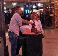 After Party - Funny Pics - Frau muss sich übergeben - Haare werden gehalten