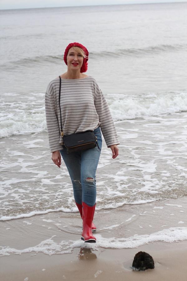 Mit kanllroten Gummistiefeln an der Ostsee