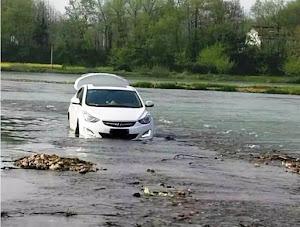 Segue il navigatore satellitare, si ritrova con l'auto in un fiume