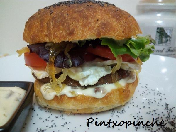 camembert, carne, gourmet, hamburguesa, pan, queso, salsa, cebolla caramelizada