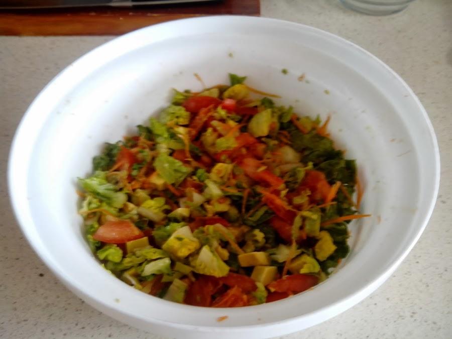 ensalada lechuga, tomate, aguacate y zanahoria