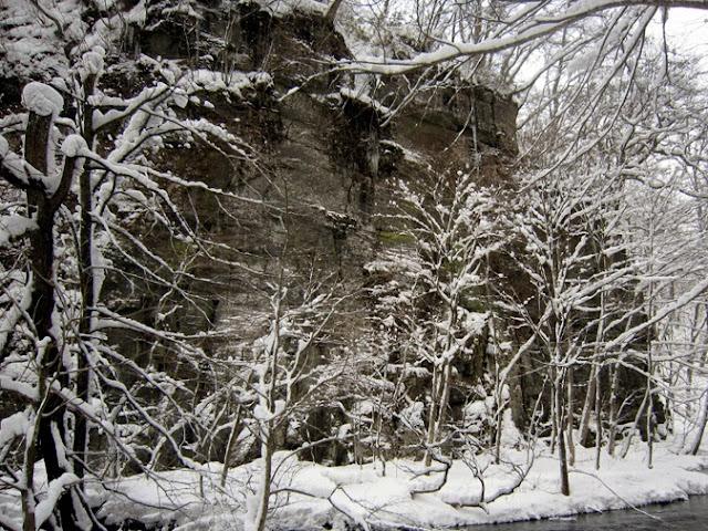 対岸の馬門岩