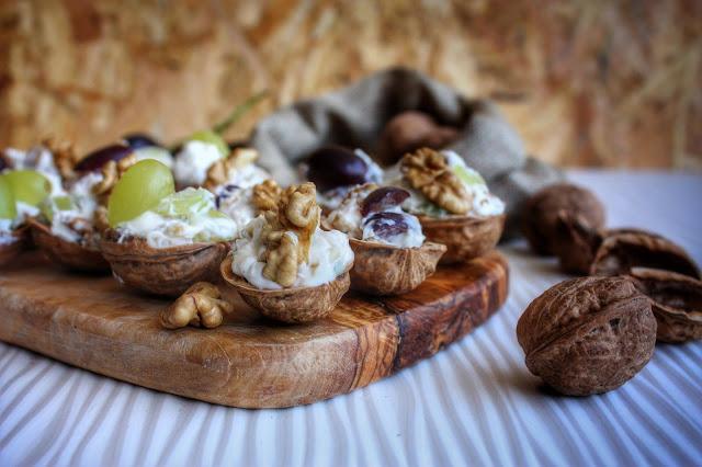 gusci di noce con noci, ricotta, gorgonzola ed uva