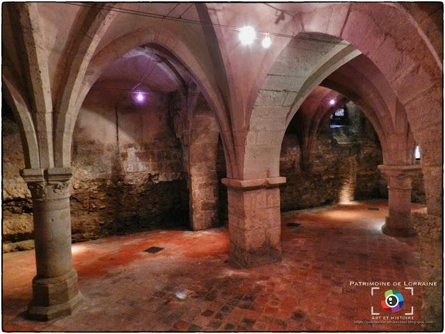 NEUFCHATEAU (88) - Cave gothique de l'Hôtel d'Houdreville