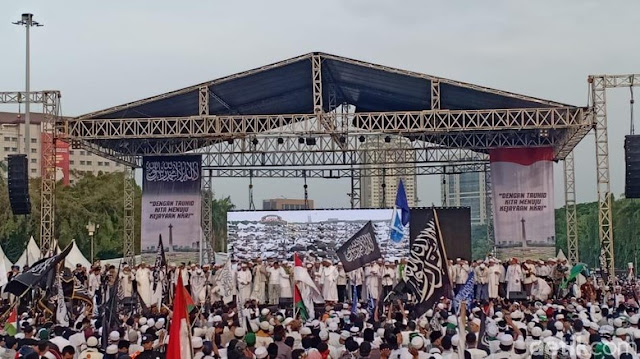 Prabowo dan Massa Reuni 212 Nyanyikan Lagu Indonesia Raya