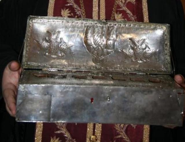 Η ασημένια λειψανοθήκη του 1849 με τους βυζαντινούς σταυρούς, όπου φυλάσσεται η δεξιά χείρα του Μεγάλου Βασιλείου. Αποθησαυρίζεται στην Ιερά Σύνοδο της Εκκλησίας της Ελλάδος.