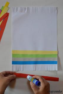 smarowanie paska papieru klejem