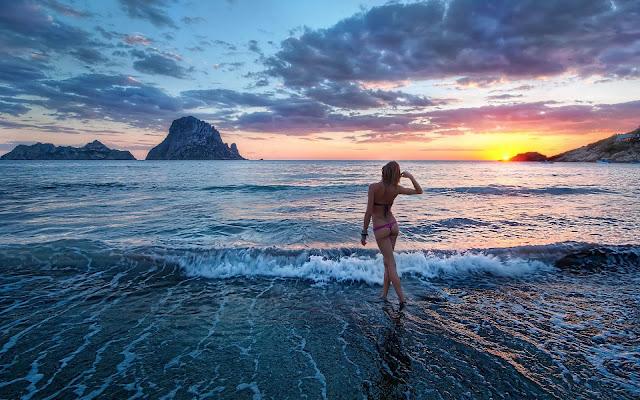 Landschap Ibiza met zonsondergang