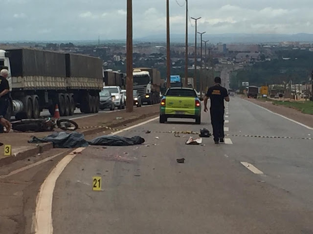 Motorista de carreta passa por cima e mata motociclista e passageiro na BR 364