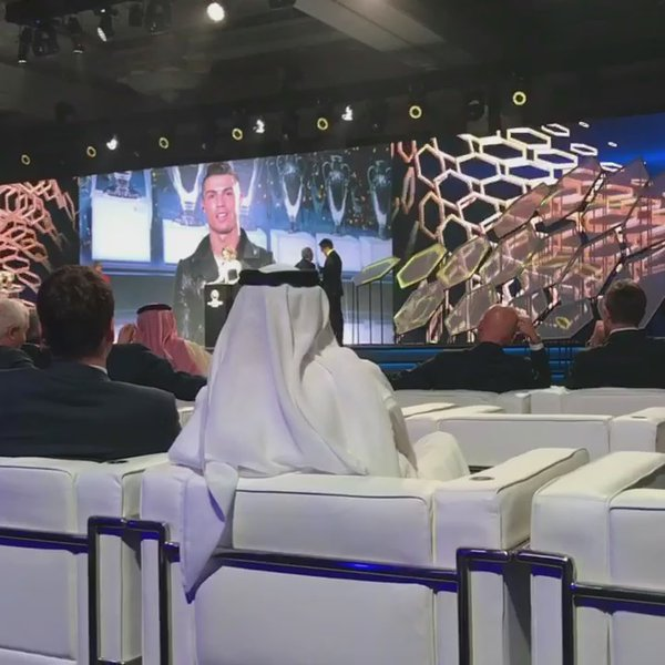 Ronaldo Raih Penghargaan Globe Soccer Awards 2016
