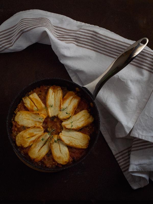 sartén-de-halloumi-con-verduras-y-lentejas-al-horno