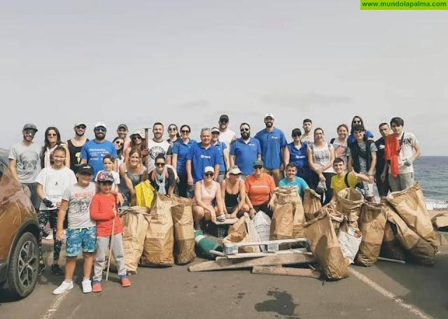 """Un grupo de voluntarios limpió la playa de """"Los Guinchos"""" en Breña Baja"""