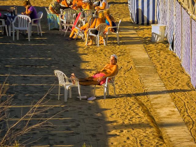 Persona tomando sol en el balneario Mar del Plata