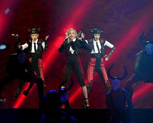 Aprecie as fotos de Madonna se apresentando no Brit Awards
