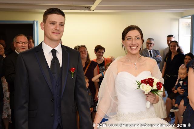 photo des mariés heureux, souriants, après le oui à la mairie cérémonie civile