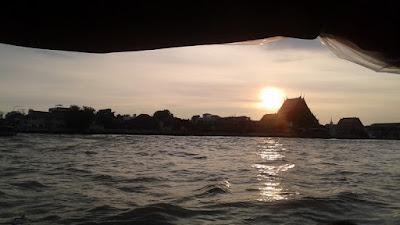 Atardecer en Bangkok con el Templo del Atardecer desde el barco