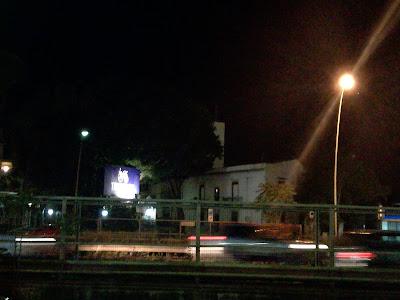 in tanti, soprattutto di notte, attraversano pericolosamente la sede stradale del Viale Regione Siciliana