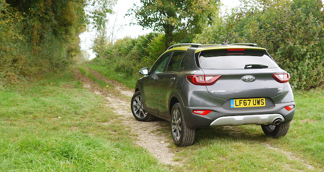 Kia Stonic tackles a green lane