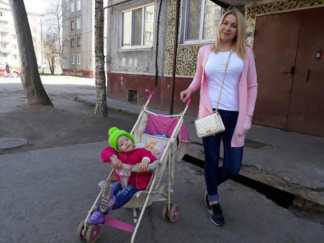 мама с дочкой, молодая мама, стильная мама, как быть красивой после рождения детей, мама с ребенком на прогулке
